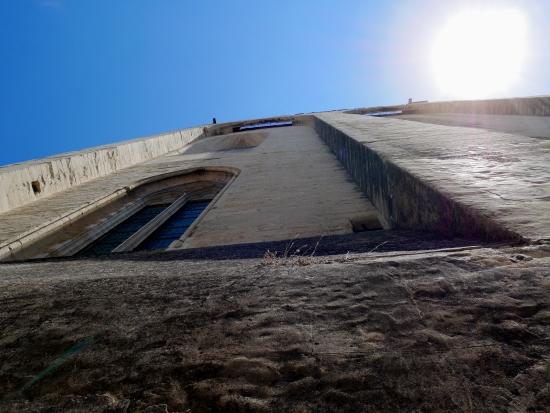 Vue en contre-plongée du Palais des Papes.